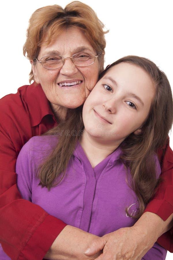 Grootmoeder en kleindochter het koesteren stock afbeelding