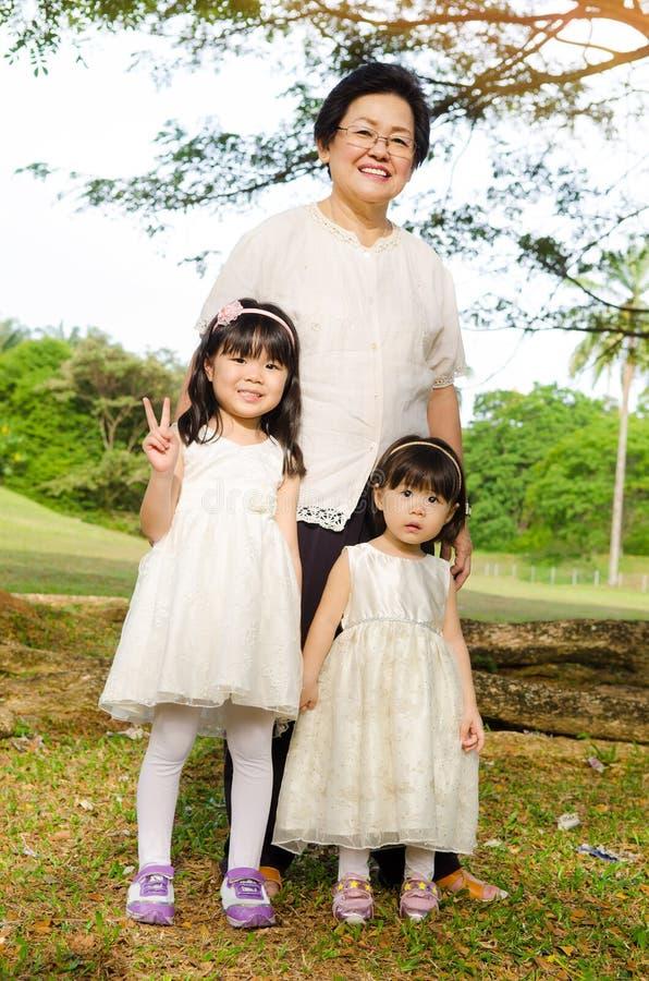 Grootmoeder en kleindochters royalty-vrije stock afbeelding