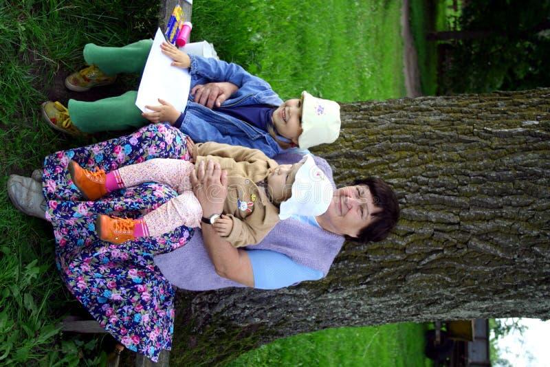 Grootmoeder en kleindochters in het platteland royalty-vrije stock fotografie