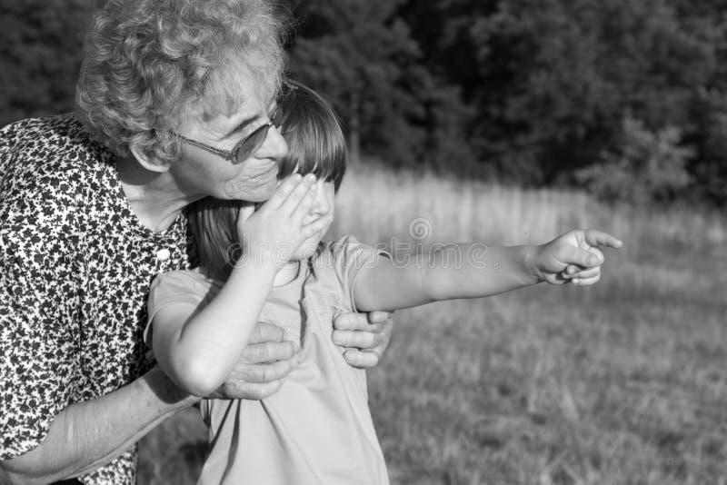 Grootmoeder en kleinkind stock foto