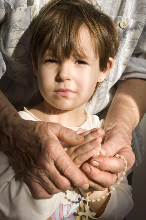 Grootmoeder en kleinkind door gebed royalty-vrije stock afbeeldingen