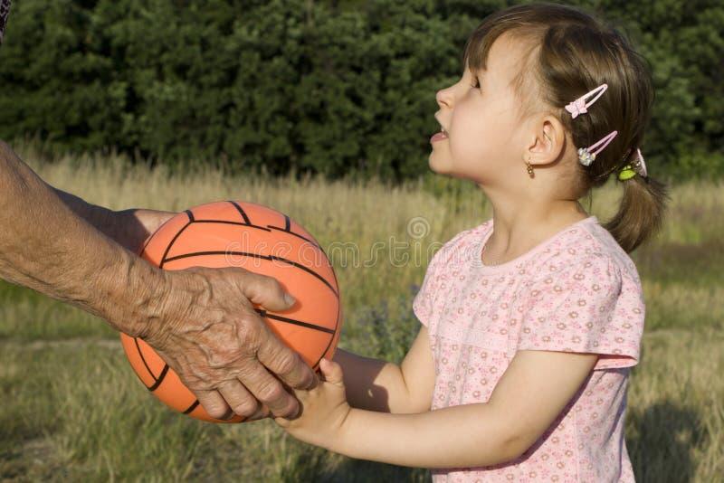Grootmoeder en kleinkind door het spel stock afbeelding