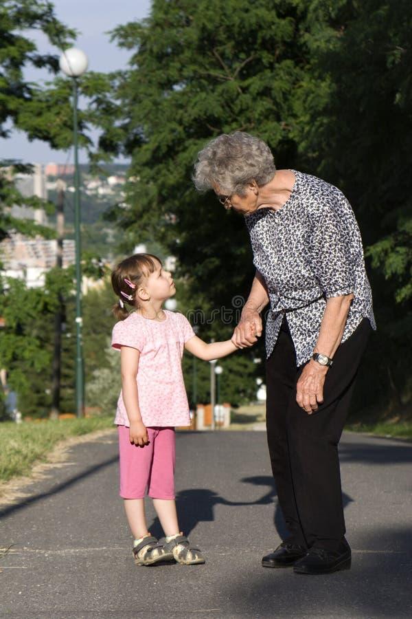 Grootmoeder en kleinkind door te lopen stock foto