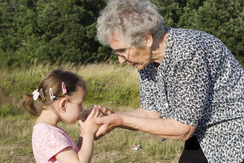 Grootmoeder en kleinkind - dorst stock afbeelding
