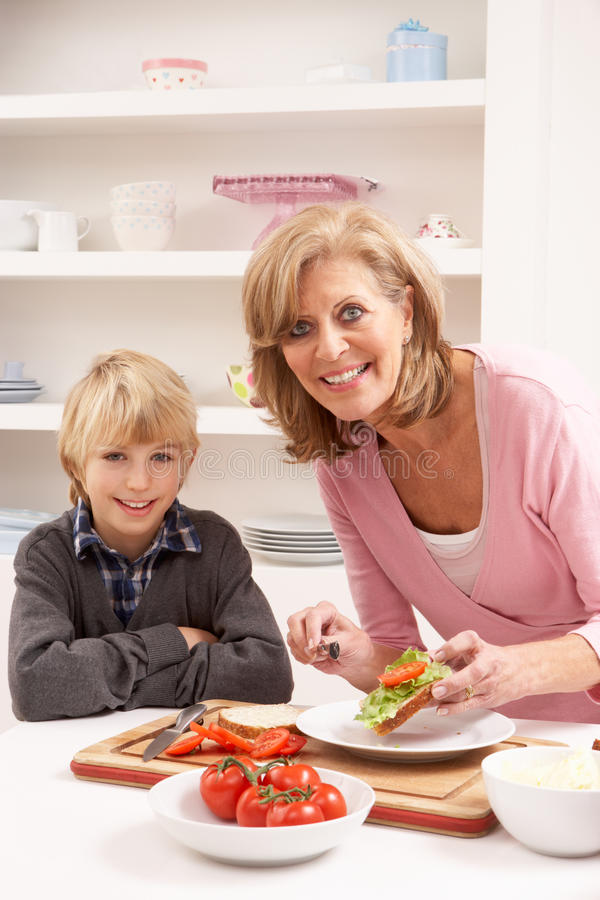 Grootmoeder en Kleinzoon in Keuken royalty-vrije stock foto