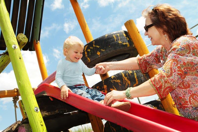 Grootmoeder en kleinzoon op de speelplaats royalty-vrije stock afbeelding
