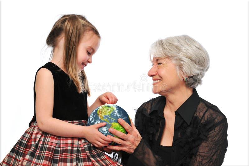 Grootmoeder en meisje die de aarde houden royalty-vrije stock foto