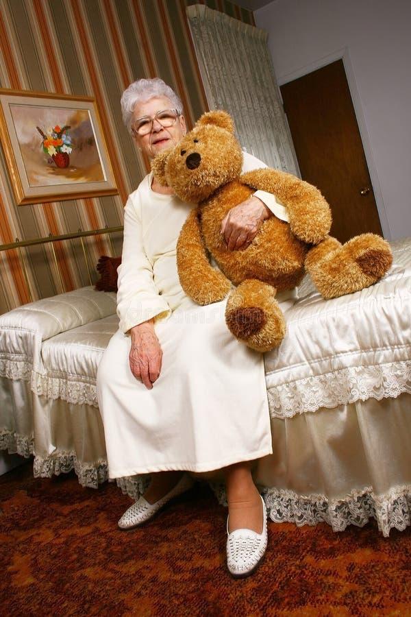 Grootmoeder en teddybeer stock foto's
