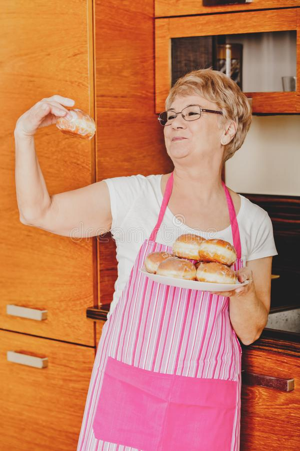 Grootmoeder met dessert royalty-vrije stock foto's