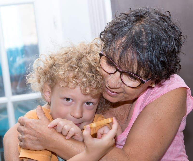 Grootmoeder met haar weinig kleinzoon, close-upportret royalty-vrije stock foto