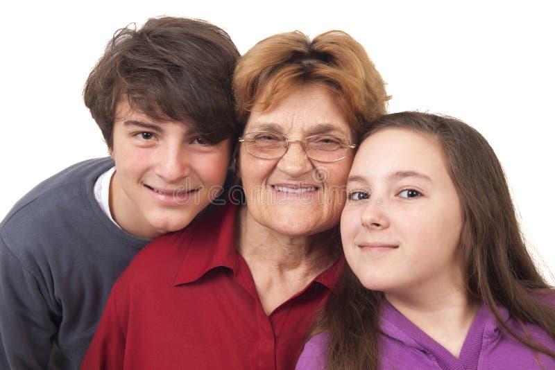 Grootmoeder met kleinkinderen stock afbeelding