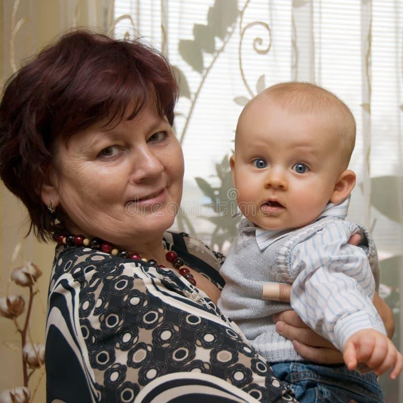 Grootmoeder met kleinzoon stock afbeeldingen
