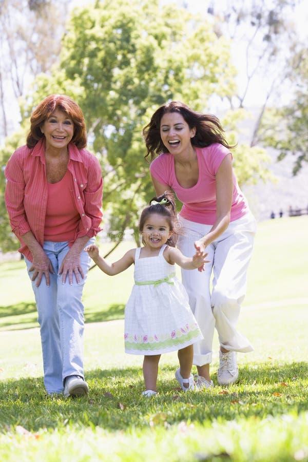 Grootmoeder met volwassen dochter en kleindochter stock foto's