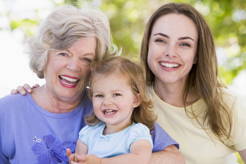 Grootmoeder met volwassen dochter en kleinkind stock foto's