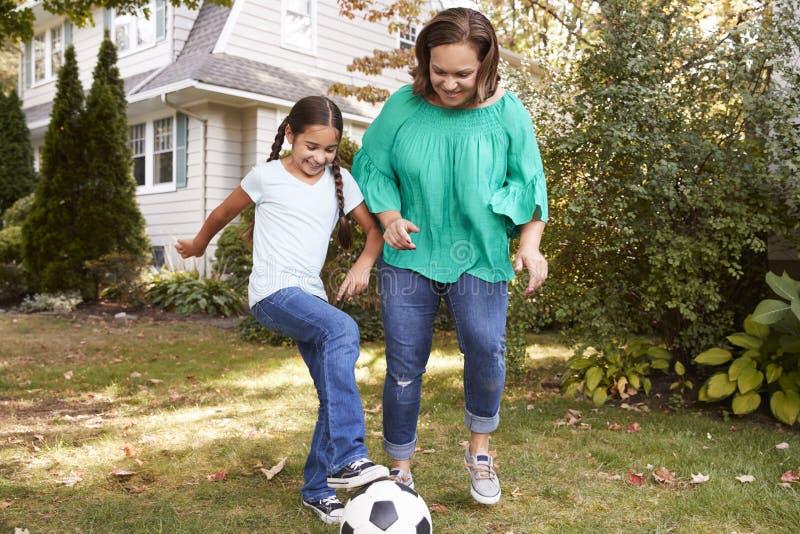 Grootmoeder Speelvoetbal in Tuin met Kleindochter stock foto's
