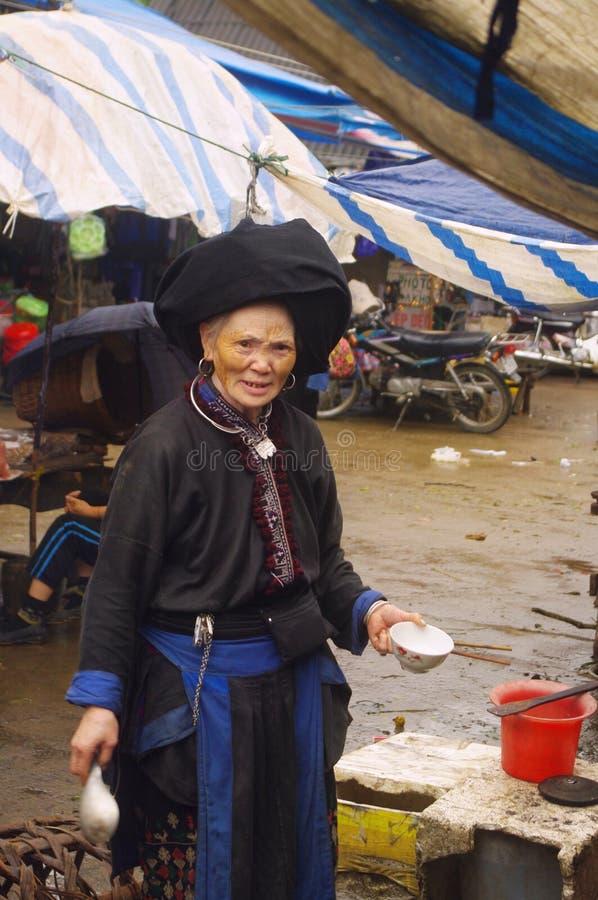 Grootmoeder Zwarte Dao in markt van Zonde Ho stock afbeelding