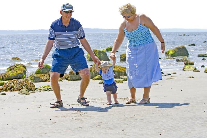 Grootouders bij het strand royalty-vrije stock afbeeldingen