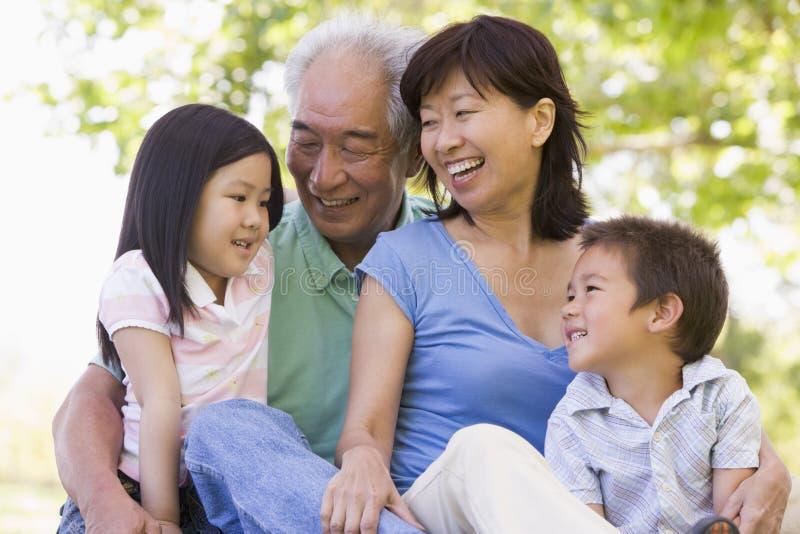 Grootouders die met kleinkinderen lachen royalty-vrije stock foto