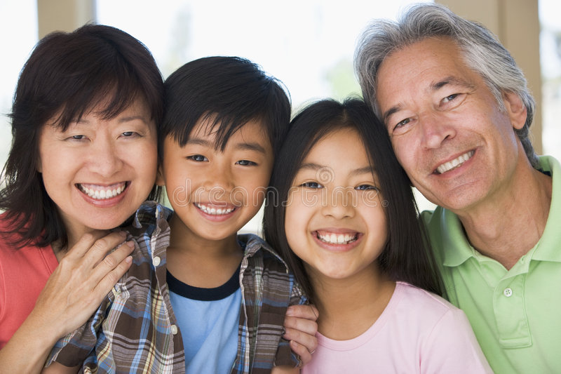 Grootouders die met kleinkinderen stellen royalty-vrije stock afbeeldingen