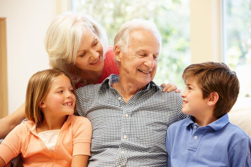 Grootouders en kleinkinderen royalty-vrije stock foto's