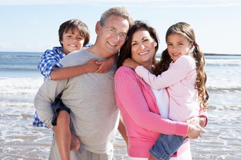Grootouders en Kleinkinderen die Pret op Strandvakantie hebben royalty-vrije stock afbeelding