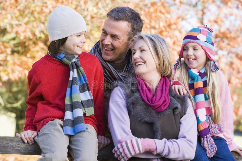 Grootouders en kleinkinderen op gang royalty-vrije stock foto