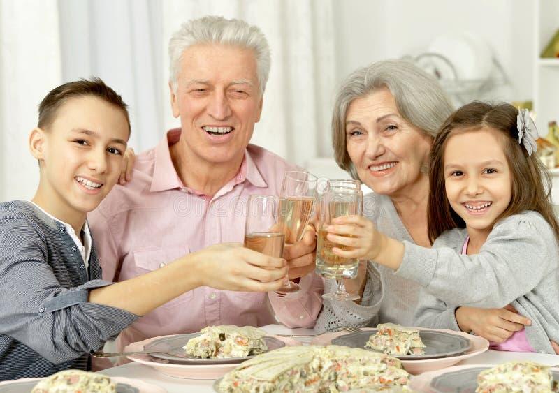 Grootouders en kleinzonen die glazen klinken royalty-vrije stock fotografie