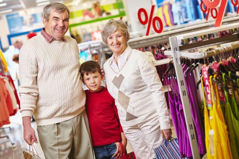 Grootouders en kleinzoon stock foto