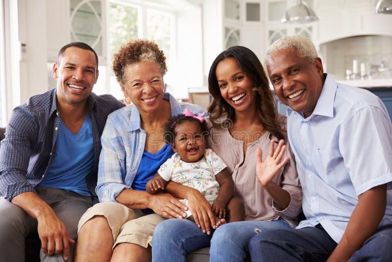 Grootouders en ouders met een babymeisje op de knie van mumï ¿ ½ s stock afbeelding