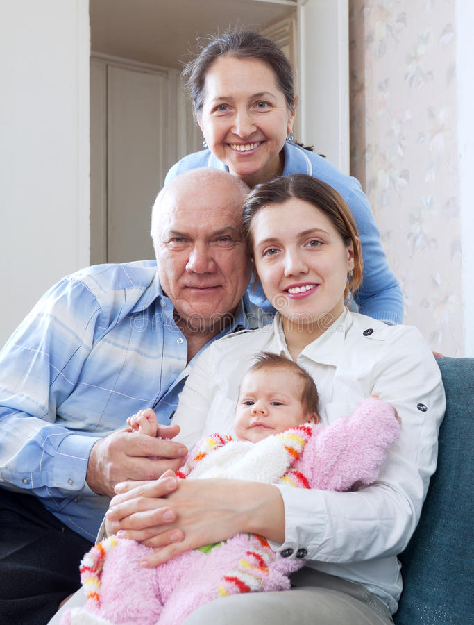 Grootouders met dochter en kleindochter stock afbeelding