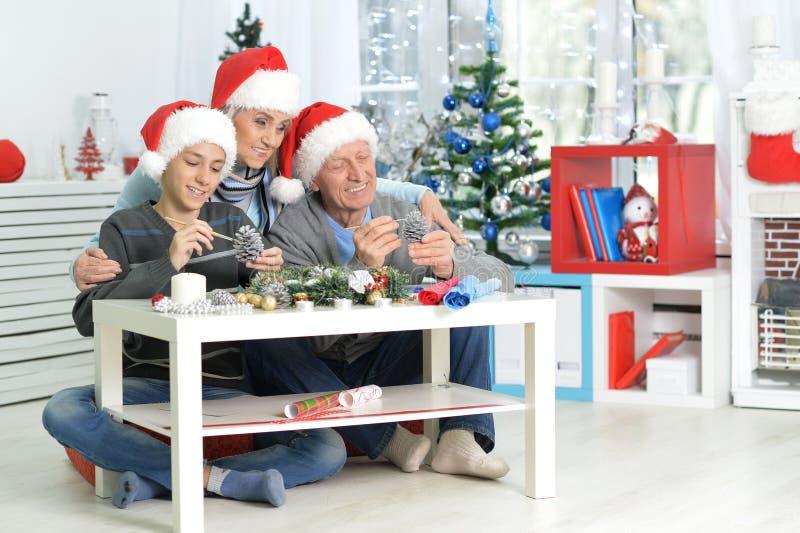 Grootouders met jongen het voorbereidingen treffen voor Kerstmis royalty-vrije stock afbeelding