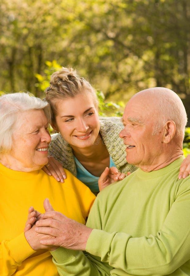Grootouders met kleindochter stock afbeeldingen