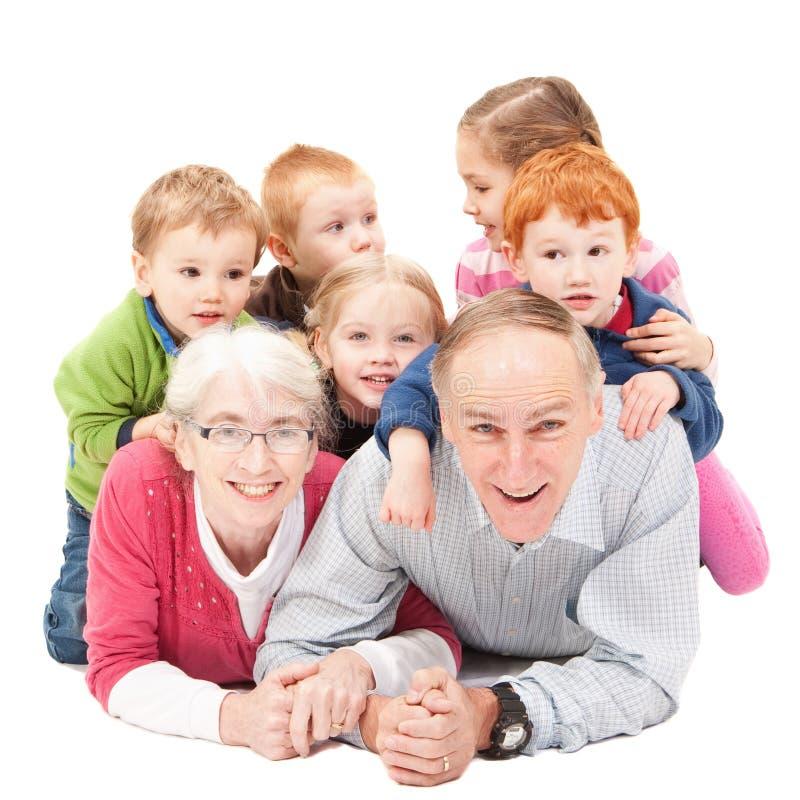 Grootouders met kleinkinderen royalty-vrije stock foto's