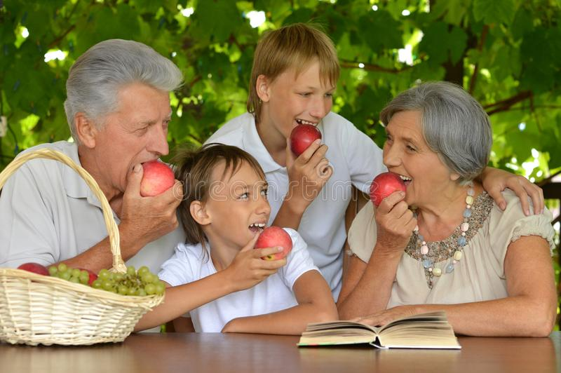 Grootouders met kleinzonen het eten royalty-vrije stock fotografie