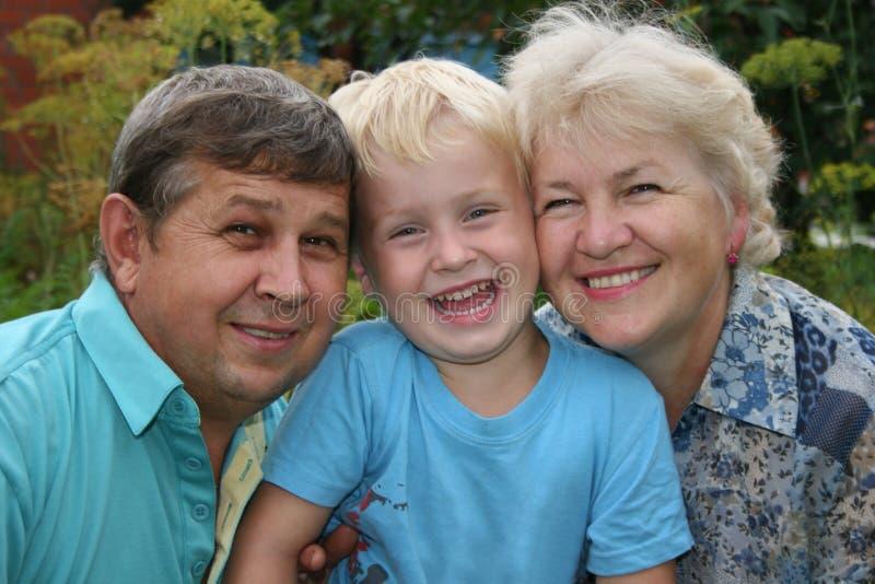 Grootouders met kleinzoon stock afbeelding