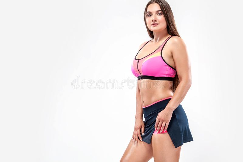 Grootte plus fitness vrouwenatleet en bodybuilder die sportkleren voor de gymnastiek opleiding dragen stock fotografie