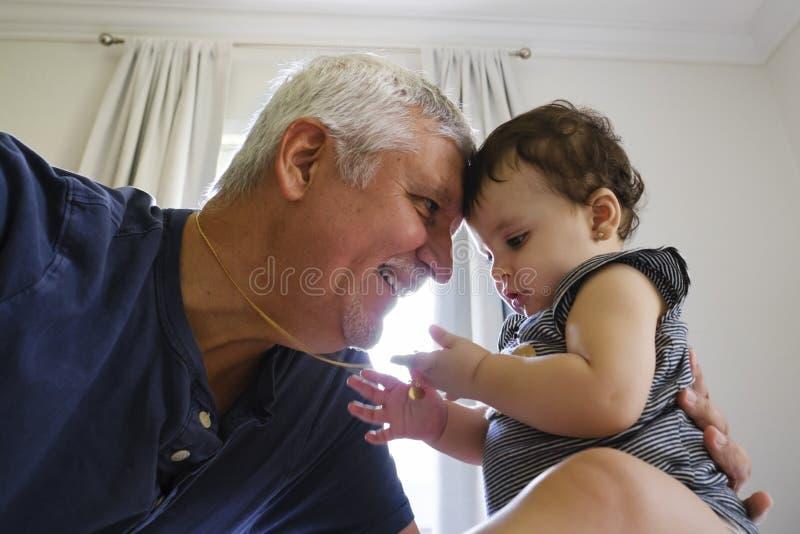 Grootvader en Babykleindochter stock afbeelding