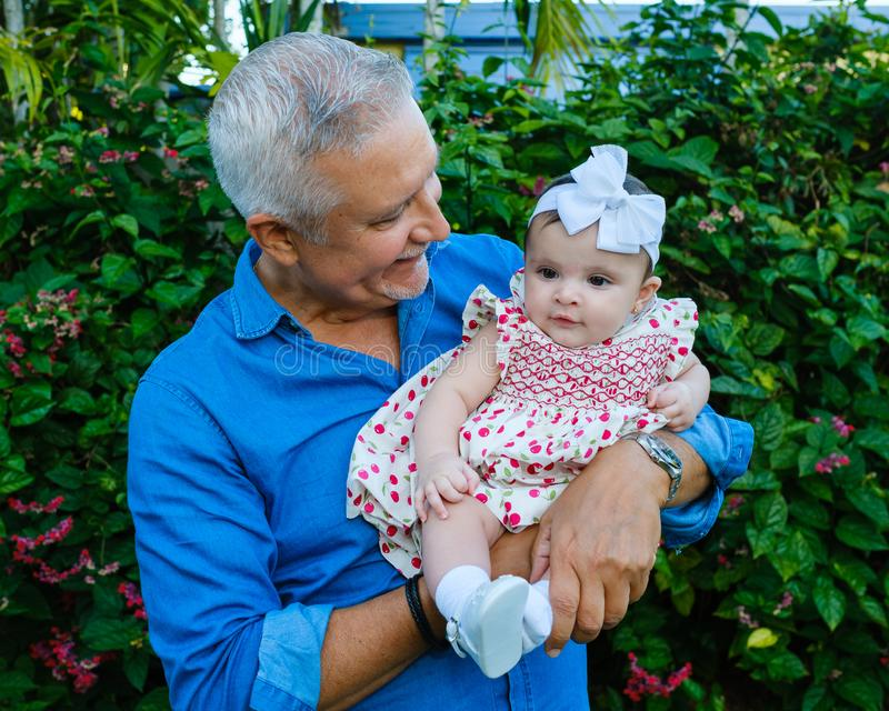 Grootvader en Babykleindochter royalty-vrije stock afbeeldingen