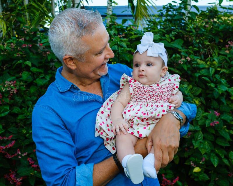 Grootvader en Babykleindochter stock afbeeldingen
