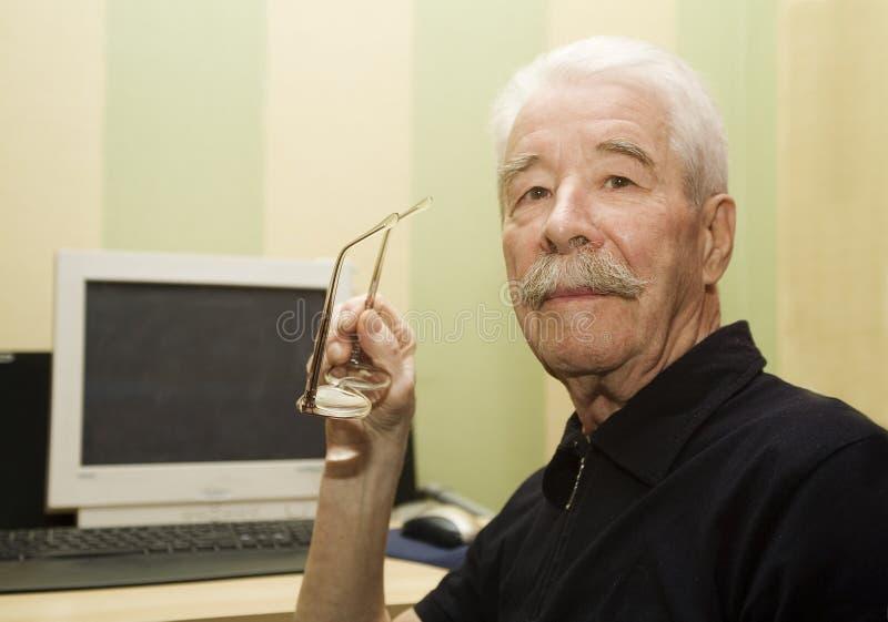 Grootvader en computer stock afbeelding