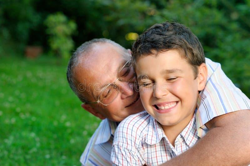 Grootvader en jong geitje in openlucht royalty-vrije stock foto