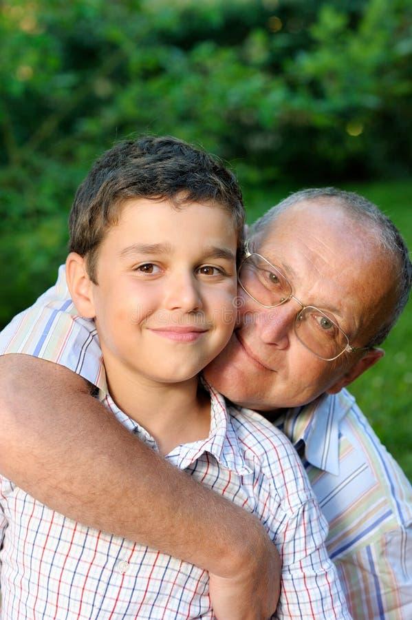 Grootvader en jong geitje in openlucht royalty-vrije stock foto's