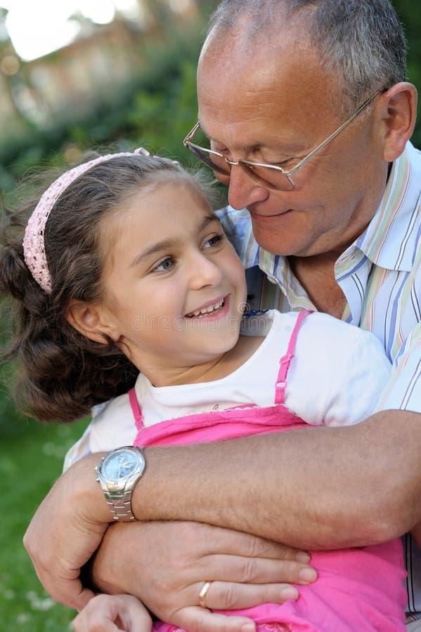 Grootvader en jong geitje in openlucht stock fotografie