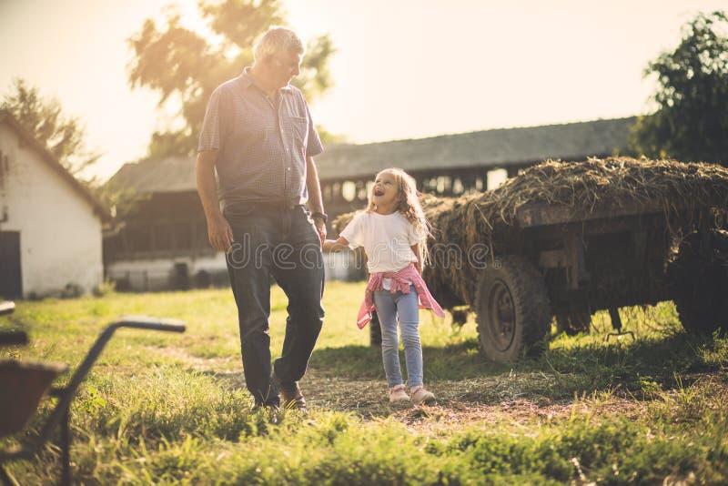 Grootvader en kleindochter in dorp stock fotografie