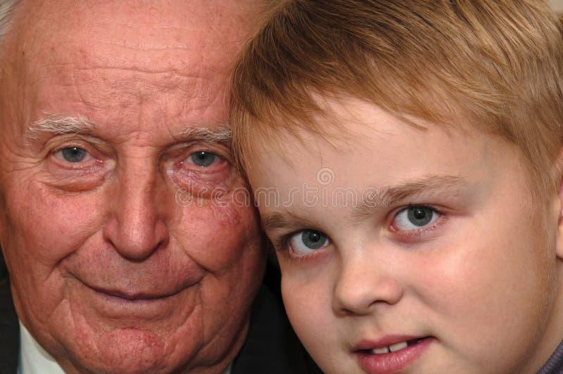 Grootvader en kleinzoon stock afbeeldingen