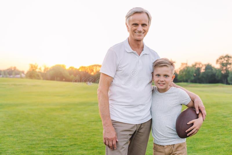Grootvader en kleinzoon in park royalty-vrije stock foto