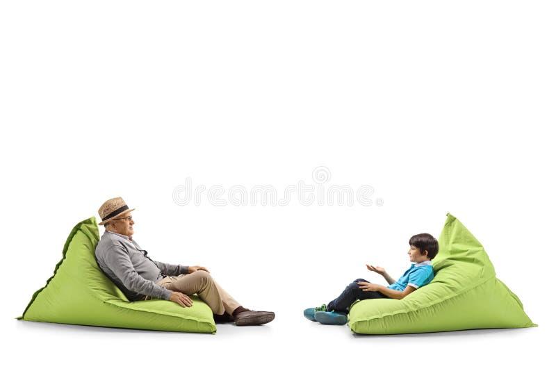 Grootvader en kleinzoonzitting op kinderspel royalty-vrije stock afbeelding