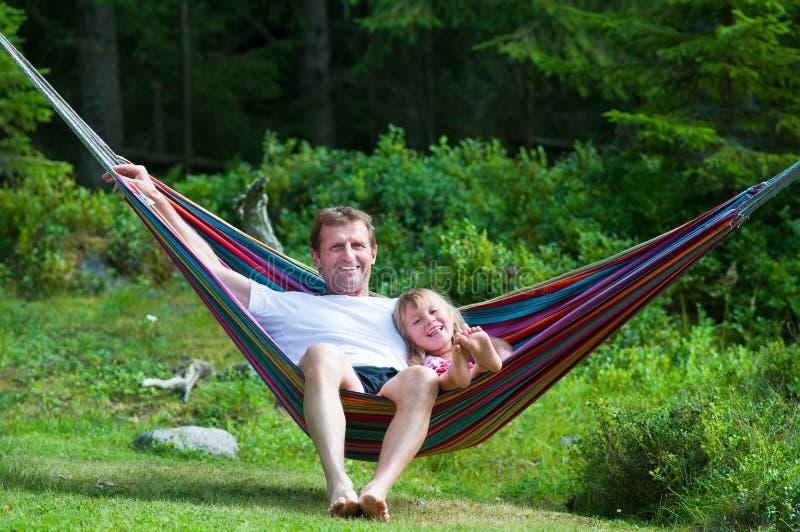 Grootvader en meisje in hangmat royalty-vrije stock foto's