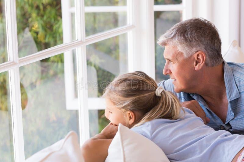 Grootvader en meisje het denken stock foto's