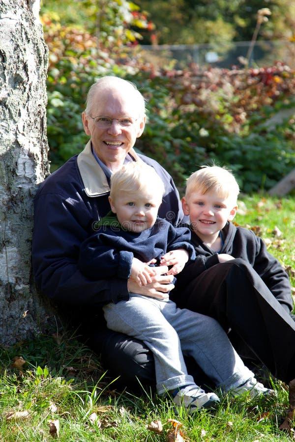 Grootvader en zijn kleinkinderen royalty-vrije stock foto